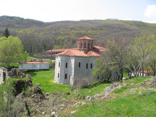 El lago Stefaniada y el monasterio de la cueva