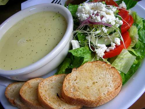 Avgolemono, una sopa de huevo y limon