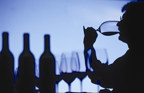 Bebiendo vino