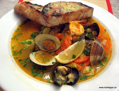 Kakavia, una popular sopa griega de pescado