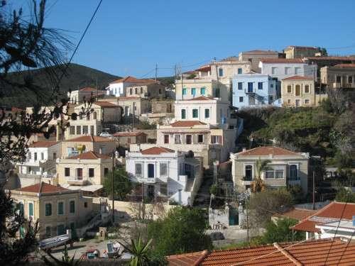 La isla de Oinoussa, turística y elegante