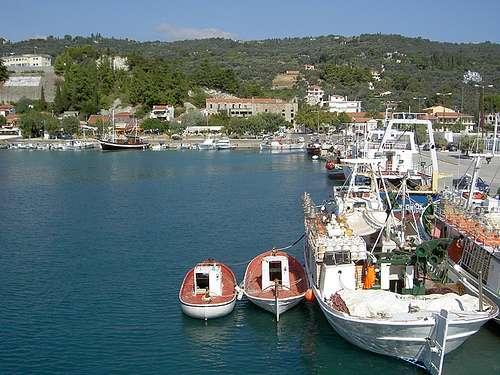 Artistas del bordado en Kimi, sobre el Egeo